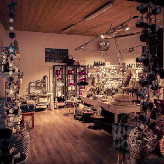 Weihnachtsausstellung mit weihnachtlicher Dekoration im Schumacher Hofladen