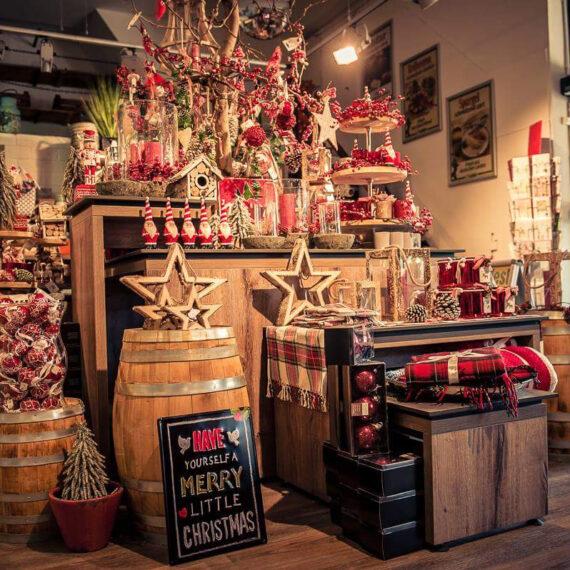 Weihnachtsausstellung und Dekoration im Eingangsbereich vom Schumacher Hofladen