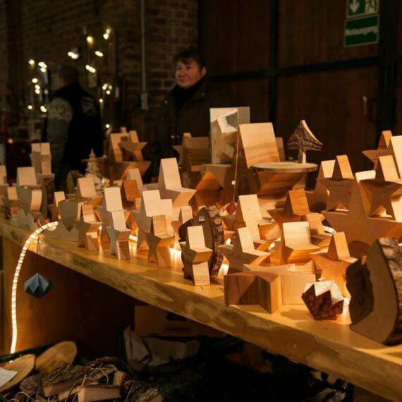 Schumacher Weihnachtsmarkt mit einem Stand mit geschnitzten Holzsternen