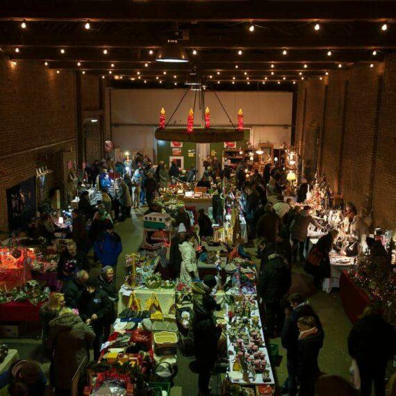 Schumacher Weihnachtsmarkt mit Händlern und ihren Verkaufsständen in der Schumacher Scheune