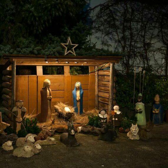 Schumacher Weihnachtsmarkt auf dem Hofgelände, Krippe mit Maria und Josef, den Heiligen drei Königen und Tieren wie Schafe und Ziegen