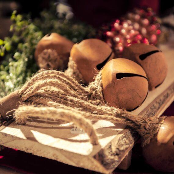 Weihnachtsdekoration, Bund mit goldenen Glöckchen